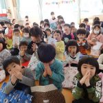 自然と祈る子ども達(>_<)